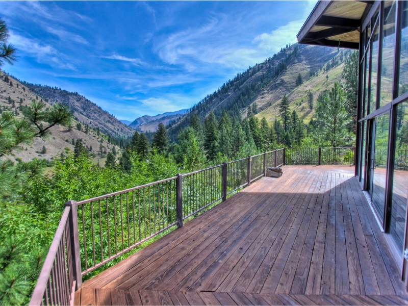 ram house lodge deck over looking the salmon river